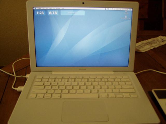 Fehér Apple notebook Fehér Apple notebook. Az Apple cég bizonyára senkinek  nem ismeretlen. A Samsung egyik legkomolyabb konkurenciája már évek óta  gyártja ... 4513a51d49